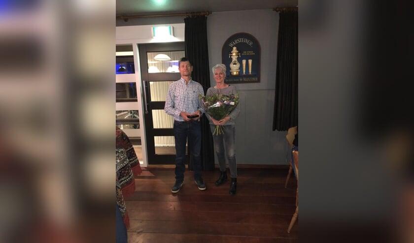 Leden van de Schanskloppers kozen voor Broddy Krabbenborg als winnaar van 't Schanskloppertje. Zijn vrouw Nardie werd in de bloemetjes gezet. Foto: PR De Schanskloppers