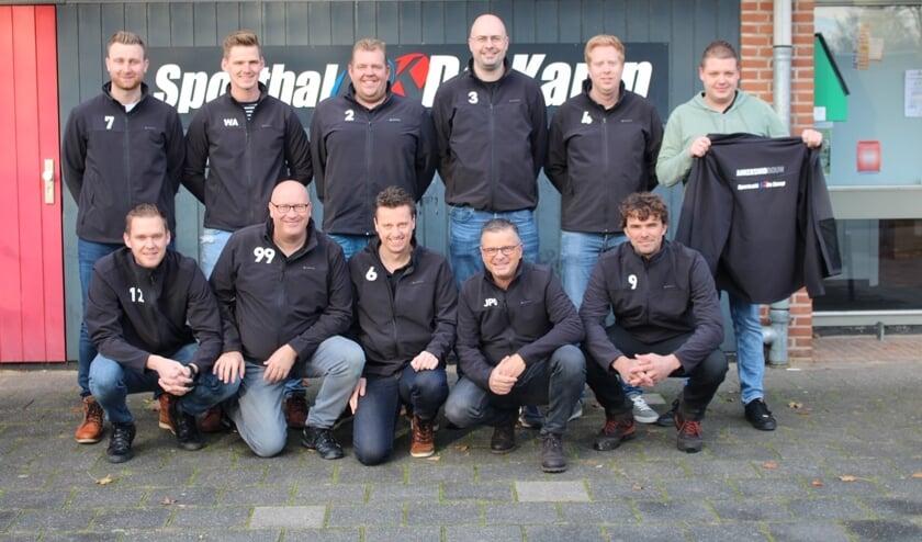 Team DVO Heren 3 met hun nieuwe sponsoren. Foto: PR