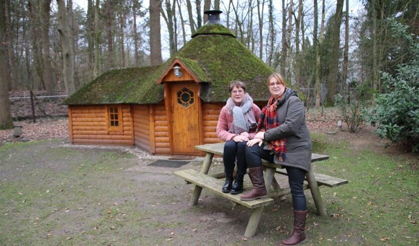 Marion (links) en Tiny bij één van de kota's. Foto: Lydia ter Welle