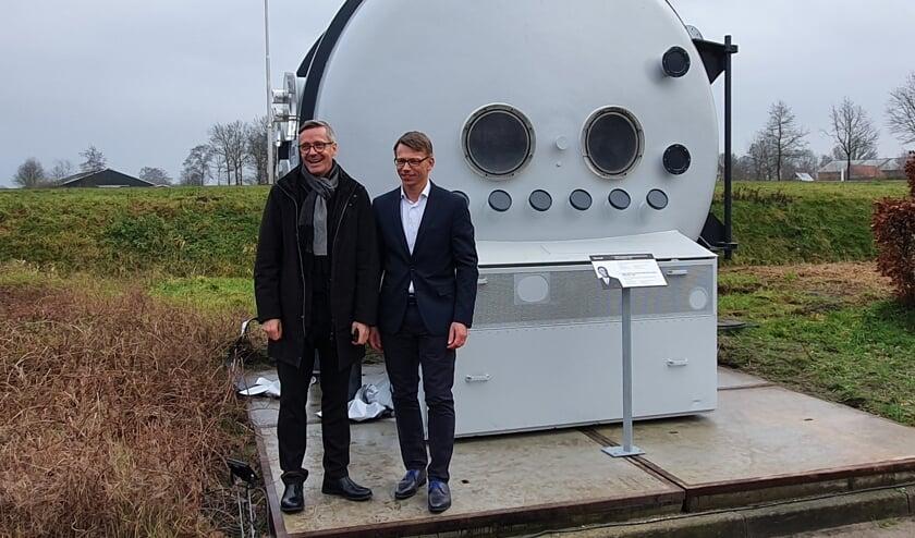 CEO's Anders Byriel (l) en Jasper Hoek bij het Verosol monument. Foto: Rob Weeber