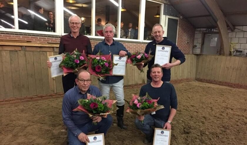De vijf ereleden: staand vlnr. Gerrit Wilgenhof, Hennie Hoffman en René Woestenenk; zittend vnlr. Bennie Kapper en Bert Haijtink. Foto: A. Kettelarij