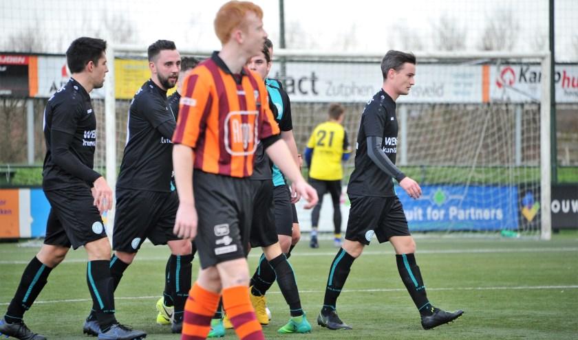 Koen Hulleman van FC Zutphen kijkt toe hoe de spelers van Dinxperlo hun winnende treffer vieren. Foto: Hans ten Brinke
