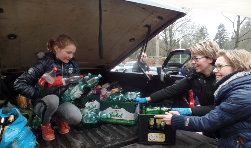 Sophie en Ingrid Milius en Bianca Staring sorteren de ingezamelde flessen en kratten. Foto: Jan Hendriksen.