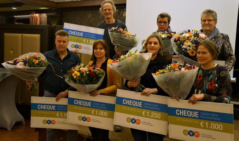 De vertegenwoordigers van de organisaties die een cheque 'uut De Brandkaste' kregen. Foto PR