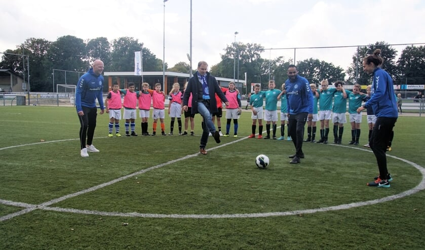 Wethouder Hans te Lindert opende woensdag de Naobers-competitie in Dinxperlo. Over ruim twee weken is Aalten aan de beurt. Foto: Frank Vinkenvleugel