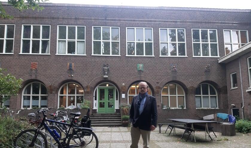 <p>Hendrik de Bruin, voorzitter van Stichting De Oude HBS, voor de oude meisjesvakschool in Zutphen.</p>