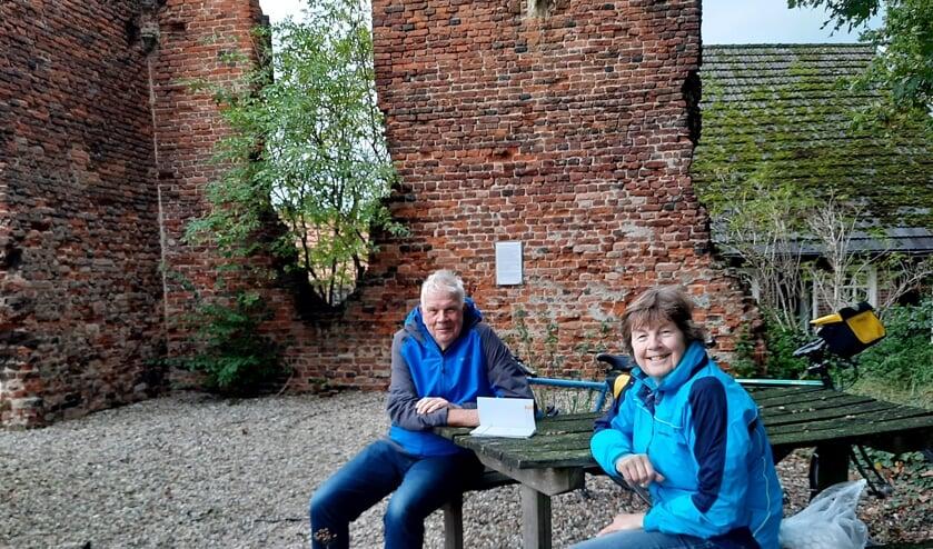<p>Cecile Hulshof en Willem Vink nemen een korte pauze bij de Ru&iuml;ne Sint Jacobskapel in Vragender.</p>