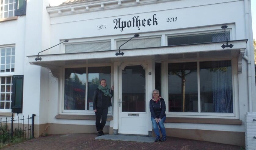 <p>De initiatiefnemers Merel Durand en Wilma van Leeuwen van De Wondere Wereld voor de voormalige apotheek die als winkeltje en als atelier zal worden ingericht. Foto: Jan Hendriksen</p>