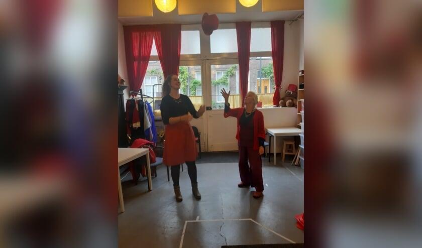 <p>Louk Hamer (rechts) heeft alle vertrouwen in haar opvolgster Kim Stiekema als leidster van Theaterwerkplaats De Rode Hoed.</p>