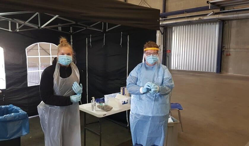<p>De medewerkers gaan -goed beschermd- testen. Foto Han van de Laar</p>