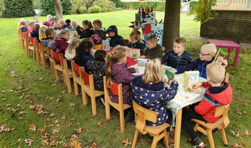 Samen boeken lezen als afsluiting van de Kinderboekenweek. Foto: PR