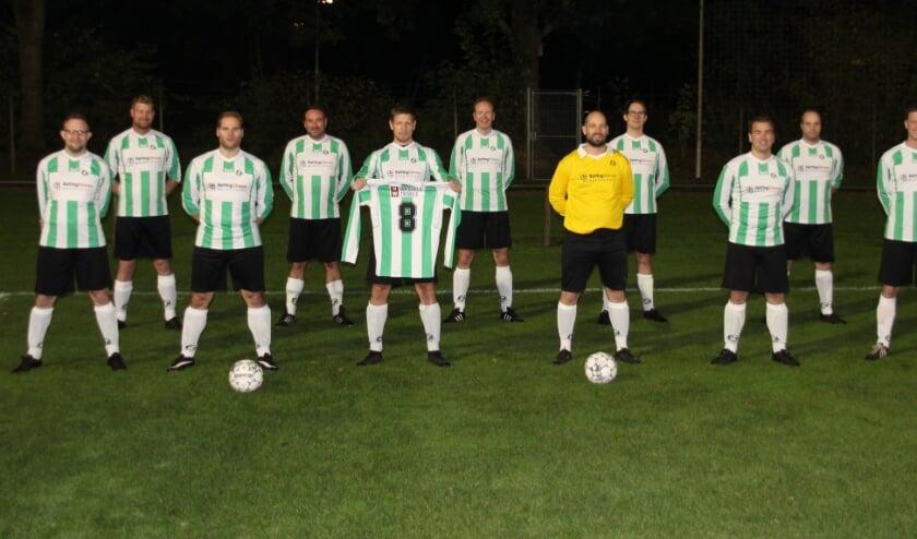 <p>De spelers van het nieuwe 35-plusteam van KSV (2) zijn blij met hun nieuwe tenue. Foto: Willemien Kroezen</p>