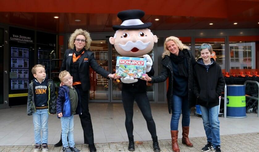 <p>Monique van der Voort van Coop Vorden (l) samen met Mr. Monopoly en Boukje te Meerman met de Vordense versie van het monopoly-spel. Foto: Rob Schmitz</p>