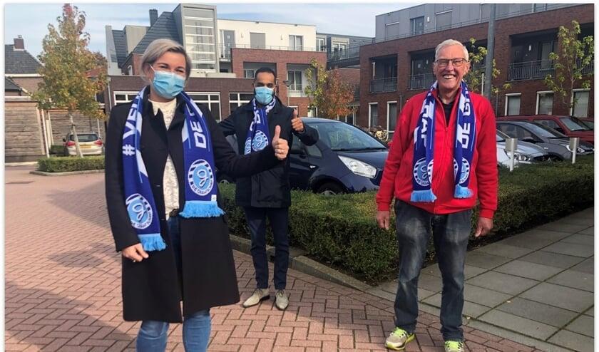 <p>Jan Olthaar (r) werd persoonlijk bezocht door het maatschappelijke team van De Graafschap. Foto: PR</p>