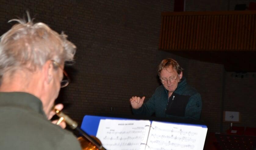 <p>Harry (rechts) 'zwaait' het orkest elke woensdagavond als dirigent op de bok. Foto: Leander Grooten</p>