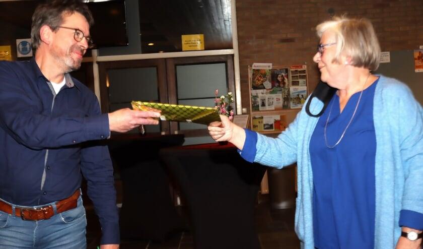 Tia van der Schoot overhandigt de petitie aan de voorzitter van de kerkenraad, Gerard Helmink. Foto: Jan Oberink
