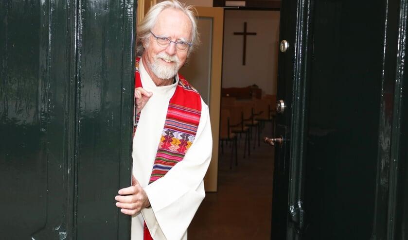 <p>Over een paar weken kan pastor Jan Leijenhorst zijn toga aan de wilgen hangen. Foto: Arjen Dieperink</p>