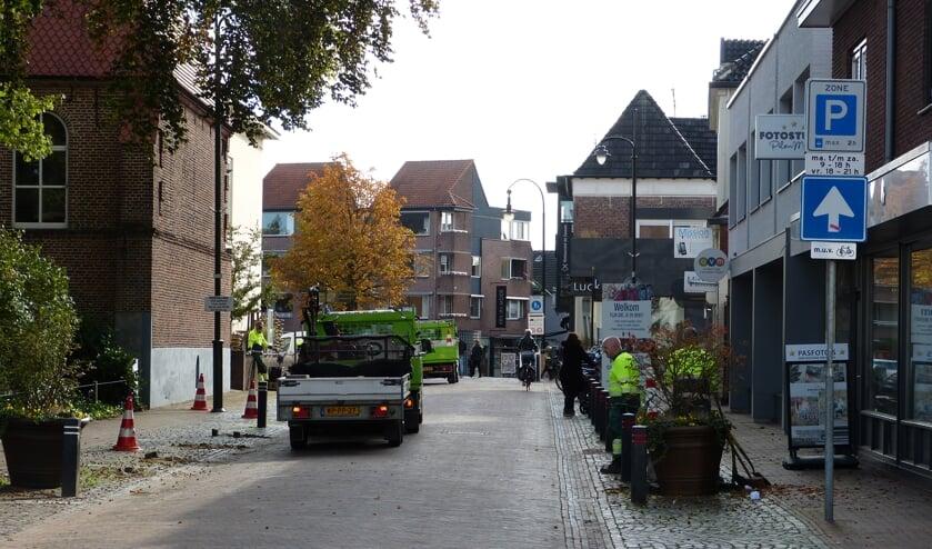 Op donderdag was de gemeente nog druk bezig om de Torenstraat geschikt te maken voor de warenmarkt. Foto: Bernhard Harfsterkamp