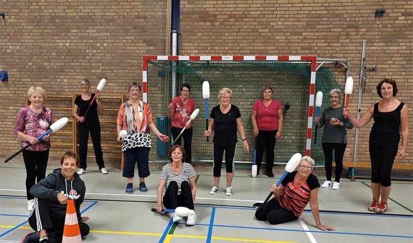 <p>De dames van de trimclub Toldijk-Steenderen met links voor 'hun' gymjuf Diny Nijkamp. Foto: Alice Rouwhorst</p>