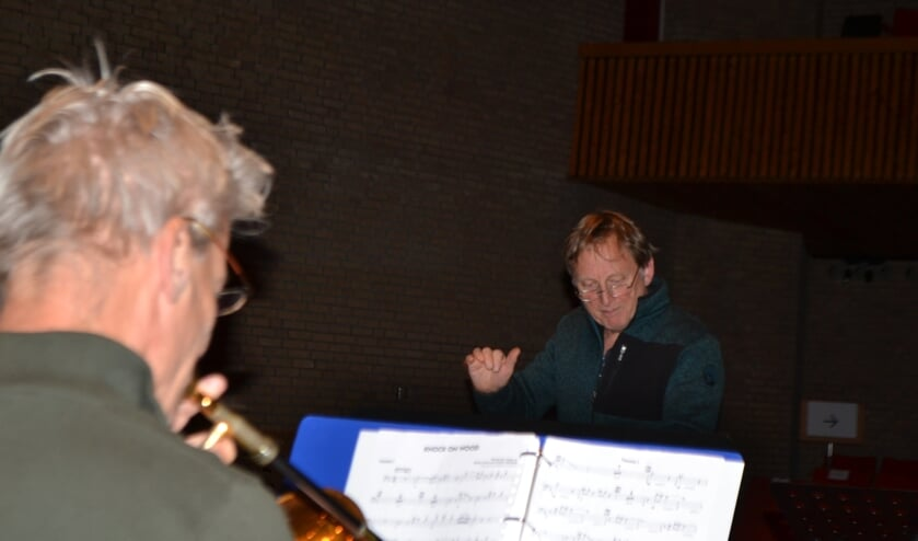 Harry (rechts) 'zwaait' het orkest elke woensdagavond als dirigent op de bok. Foto: Leander Grooten
