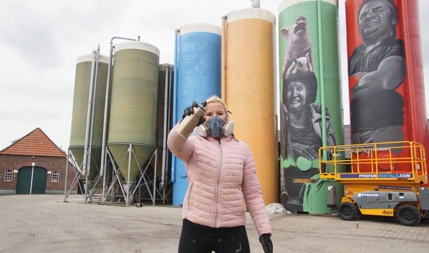 <p>Rosalie de Graaf van RoosArt bij de silo's van de familie Ruesink. Foto: Frank Vinkenvleugel</p>