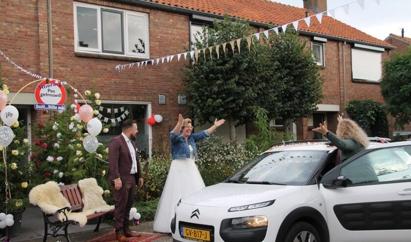 <p>Felicitaties voor het pasgetrouwde stel door de vriendin van de bruid. Foto: Annek&eacute;e Cuppers</p>