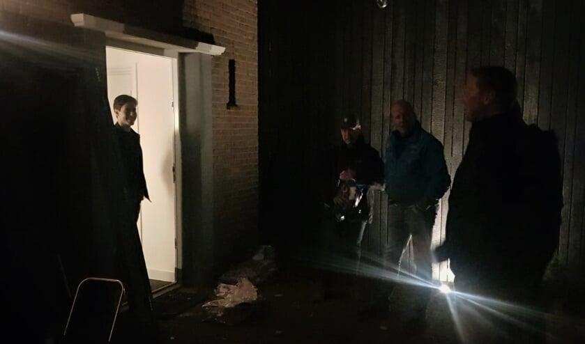 <p>Rob Jetten staand in de deuropening in gesprek met de Achterhoekse boeren.</p>