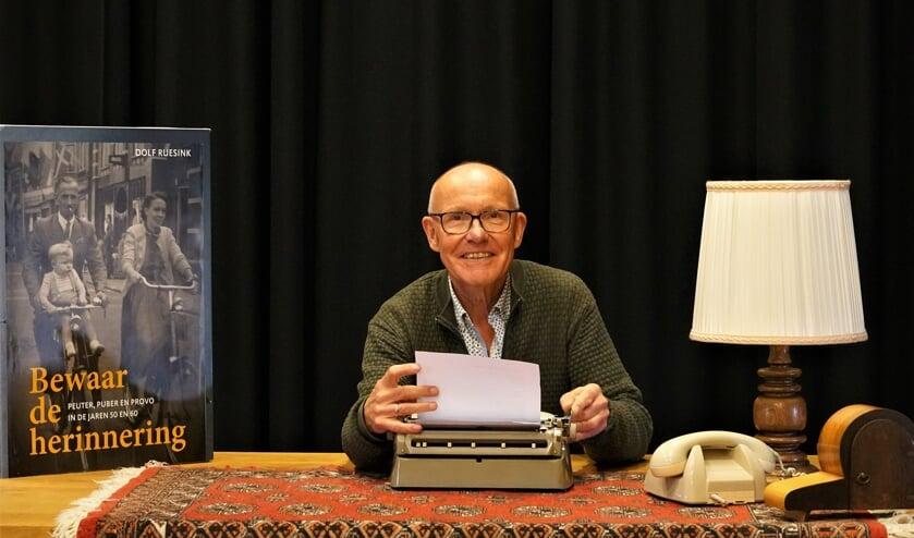<p>Dolf Ruesink schreef een boek over zijn herinneringen aan de jaren 50 en 60 als peuter, puber en provo. Foto: Nico Asbroek</p>