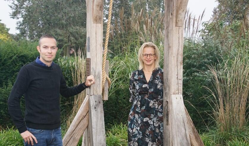 <p>Glenn Hermsen en Dianne te Paske bij de klokkenstoel op de begraafplaats, vlakbij het uitvaartcentrum van DLE. Foto: Frank Vinkenvleugel</p>