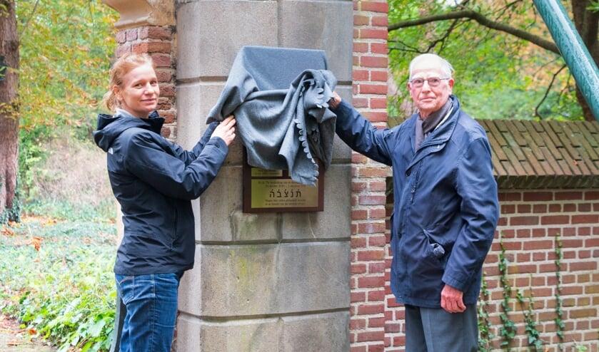 <p>Jodie Ras, geestelijk verzorger bij GGNet, en Henk Mulder, namens het Comit&eacute; Herdenkingen Tweede Wereldoorlog Warnsveld, onthullen het monument. Foto: Henk Derksen</p>