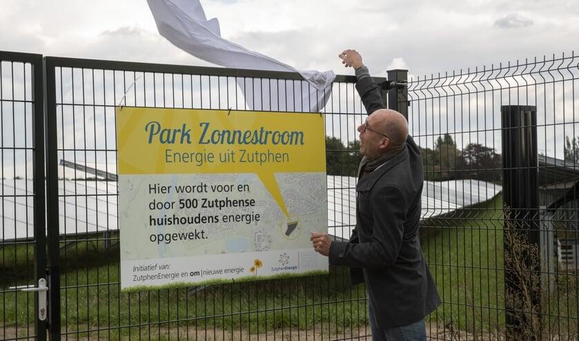<p>Wethouder Harry Matser opent Zonnepark Revelhorst, met bijna 4.000 zonnepanelen van ZutphenEnergie. Foto Patrick van Gemert/Zutphens Persbureau</p>