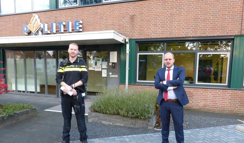 Robbert Hummelink en burgemeester Bengevoord vertellen over veranderingen betreffende vuurwerk. Foto: Bernhard Harfsterkamp
