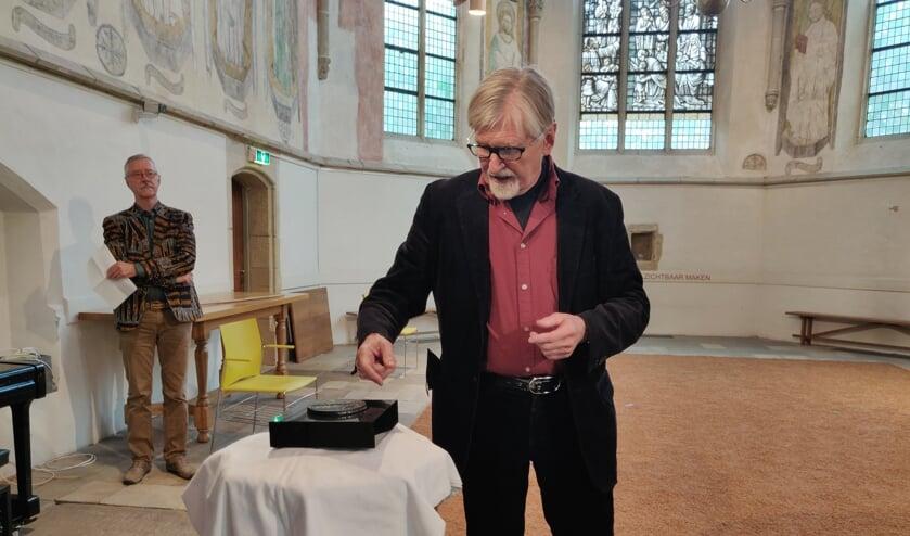 Peter Sluiter onthult de penning tijdens de presentatie in de Oude Mattheüs in Eibergen. Foto: Rob Stevens