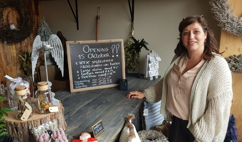 Monique Stevens in haar knusse en gemoedelijke winkel aan de Kloetenseweg 47. Foto: Han van de Laar
