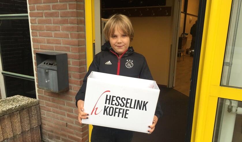 Jeugdlid Olivier Vaartjes (7 jaar) bij het ophalen van zijn bestelling. Foto: PR