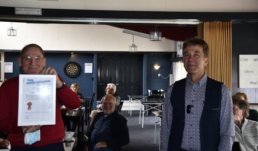 <p>Voorzitter Han Bruggert (r.) zette oprichter Jan Strijd in het zonnetje. Foto: Jaap Harmsen</p>