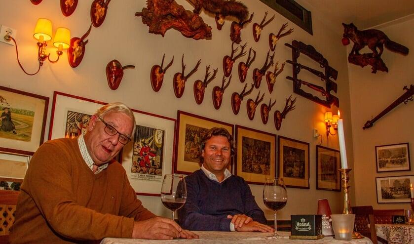 <p>Klaas Bakker en Jeroen Geubels proeven rode wijn voor bij de wildkaart. Foto: Liesbeth Spaansen</p>