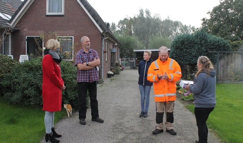 <p>Feiko Haggema werd door burgemeester Besselink (l) in het zonnetje gezet vanwege het twintigjarig bestaan van de zorgboerderij. Foto: PR</p>