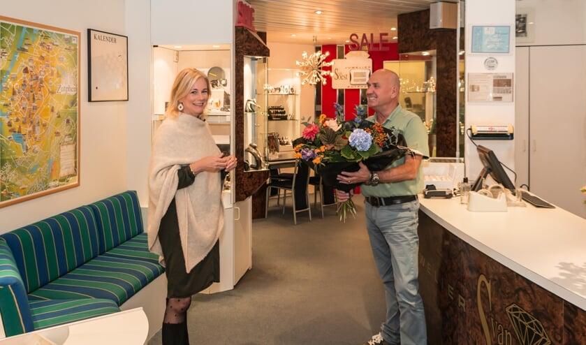 <p>De heer Van Soest ontving een boeket bloemen van burgemeester Annemieke Vermeulen. Foto: Henk Derksen</p>