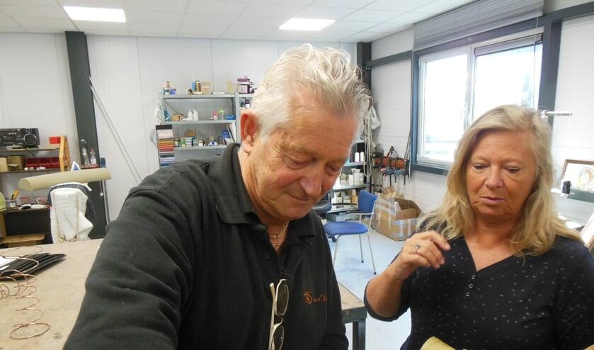 <p>Terzijde gestaan door zijn Bep klaart Gerard Broekhuis voor de zoveelste keer een klus. Nog een maandje of vier, dan is het na 47 jaar voorbij. Foto: Eric Klop</p>