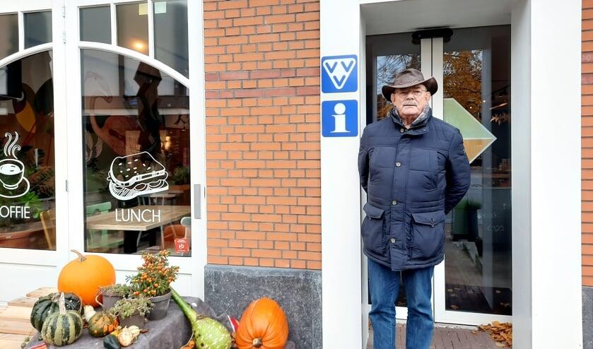 <p>Ron Krabben bij de VVV in Het Blok in Lichtenvoorde; startpunt van de nieuwe route. Foto: Kyra Broshuis</p>