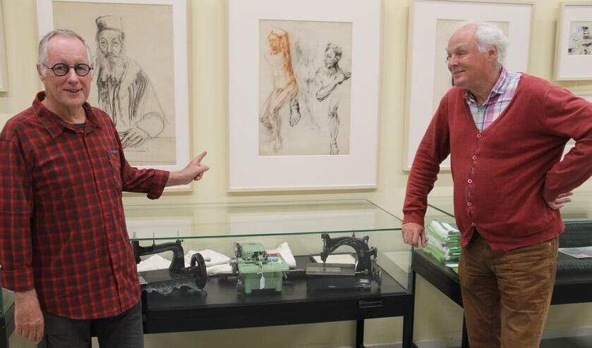 <p>Sjoerd Kemeling (l) en Hans van Lith bij de collectie van Max van Dam in de Museumfabriek, &quot;Wij hebben de grootste collectie ter wereld van Van Dam en daar zijn we bijzonder trots op.&quot; foto Lineke Voltman</p>