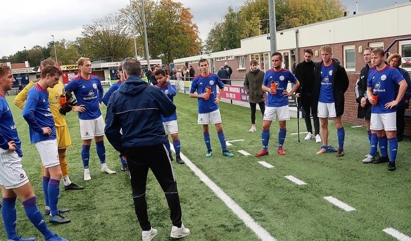 Hoofdtrainer William Krabbenborg feliciteert zijn manschappen na de fraaie 5-1 overwinning op Bon Boys. Foto: Theo Huijskes