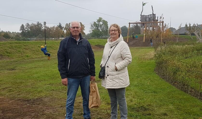 <p>Willy Vaags (links) en zijn vrouw voor de nieuwste aanwinst van Ravott'n. Foto: Mark Ebbers</p>