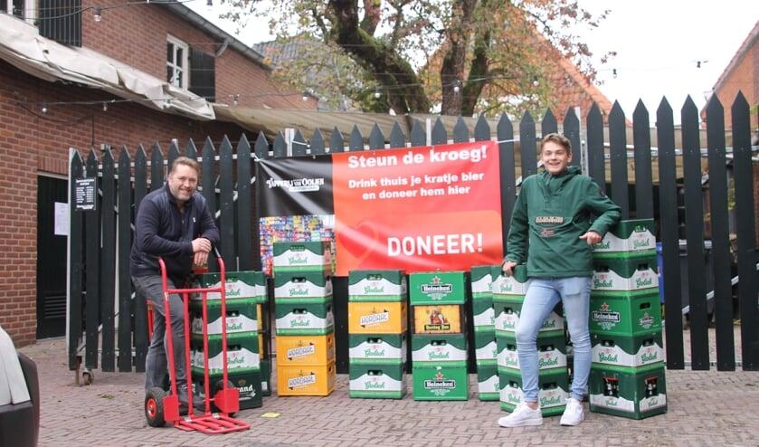 <p>Maurice Rietberg (links) en medewerker Luka met een aantal gedoneerde kratten. Foto: Annek&eacute;e Cuppers</p>