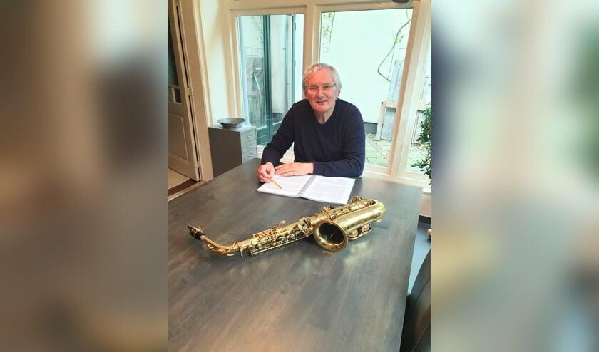 <p>Bennie Waanders, met zijn manuscript en natuurlijk de saxofoon. Foto: Hetty ten Hoopen</p>