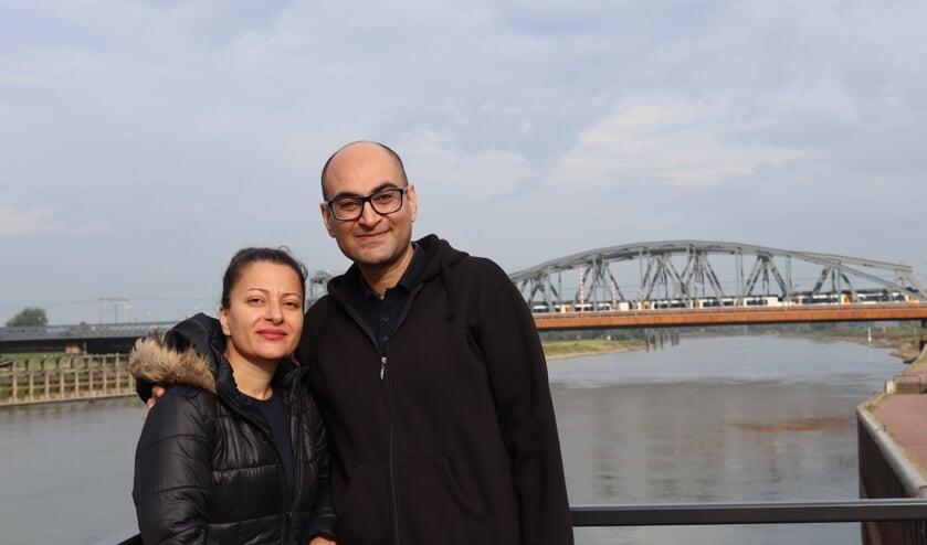 <p>Ehsan Bazei en zijn vrouw Maasi bij de IJssel in Zutphen. Foto: Gerwin Nijkamp</p>