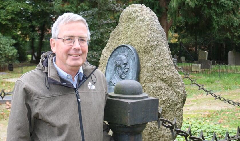 <p>Paul Roodbol bij het graf van de geoloog Winant Carel Hugo Staring (1808-1877). Foto: Arjen Dieperink</p>