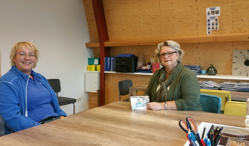 <p>Sylvia Eekelder van Buurtzorg Aalten (links) en Ria Ploos van Amstel van Perladent. Foto: Bart Kraan</p>
