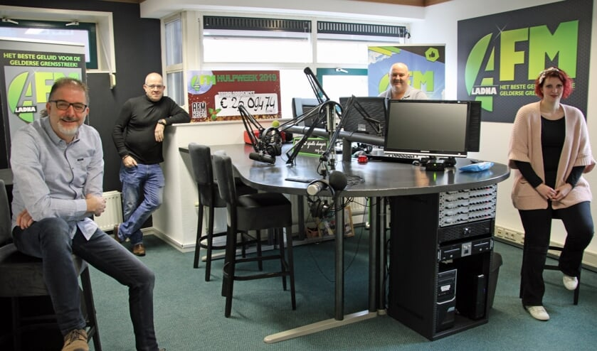 <p>Van links naar rechts Marco van Lochem, Benito Muller, William Hulzink en Esther Diepenbroek in de studio van AFM. Foto: Lydia ter Welle</p>